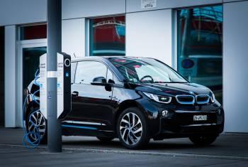 Premiere in der Schweiz: Strassenbeleuchtung mit integrierter Ladestation für E-Fahrzeuge